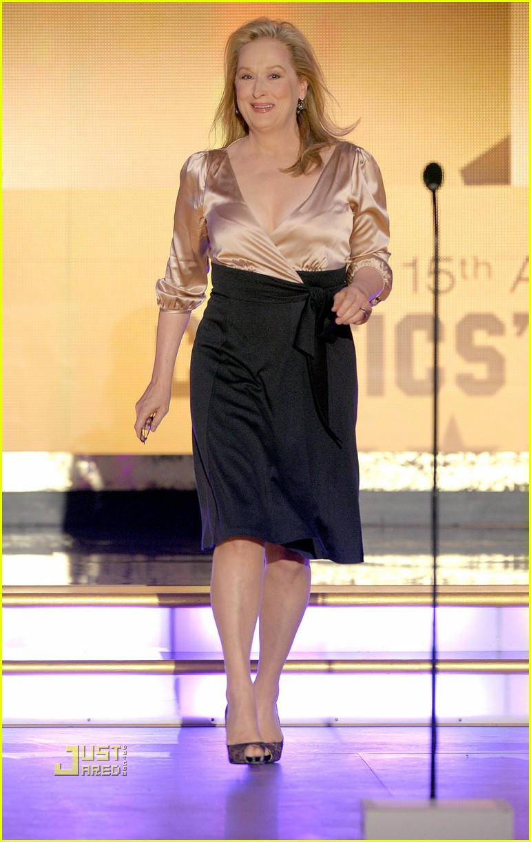 meryl streep sandra bullock kissing critics choice awards 052408633