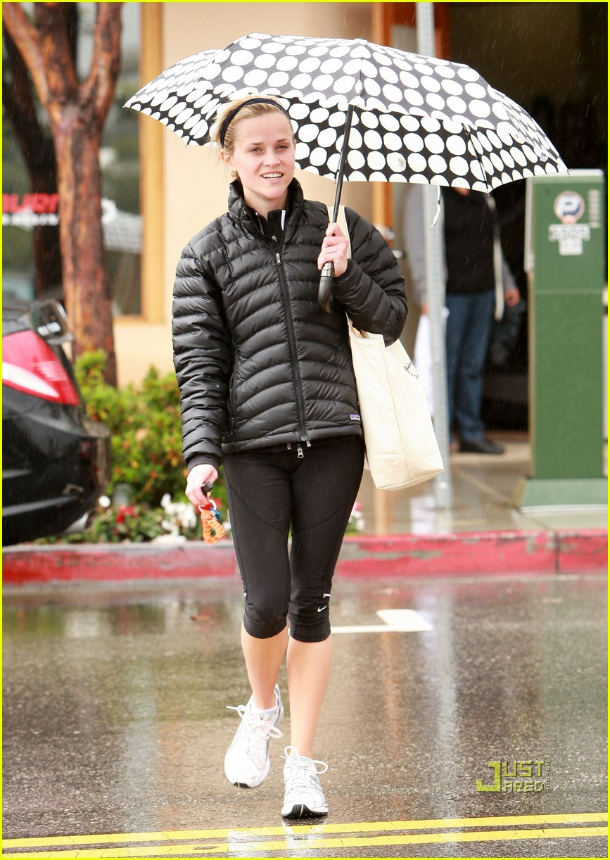 reese witherspoon leaving gym umbrella 032410795