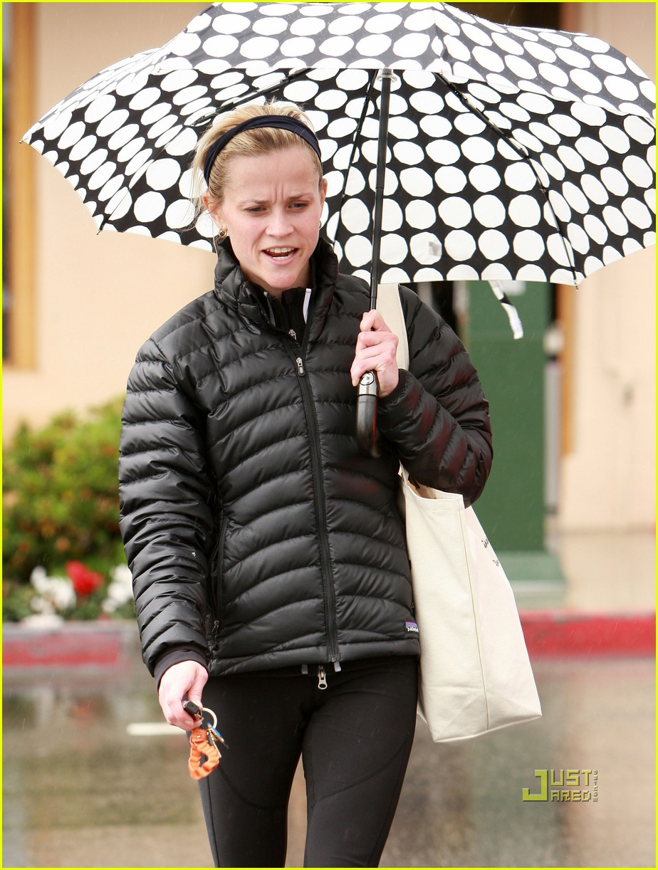 reese witherspoon leaving gym umbrella 042410796