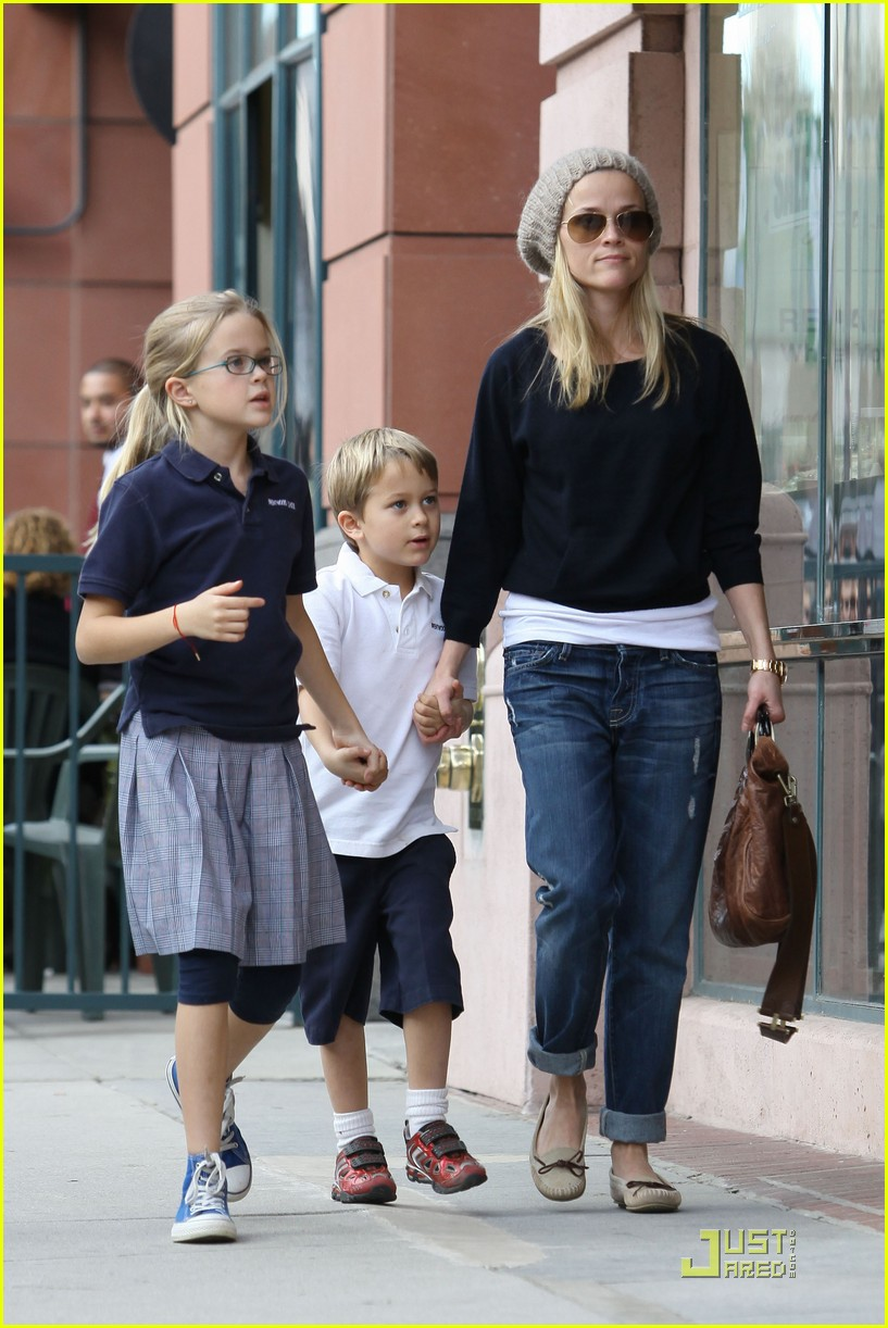 reese witherspoon hand holding 012406110