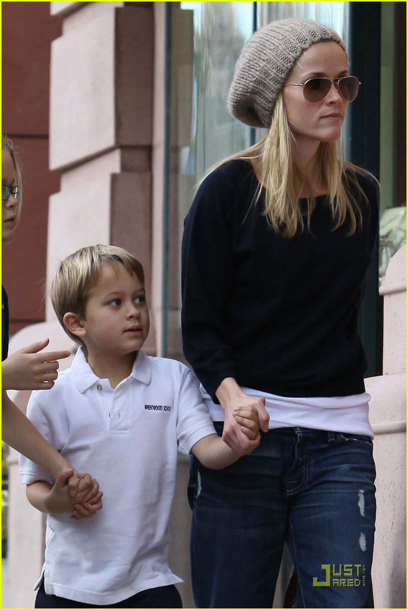 reese witherspoon hand holding 02