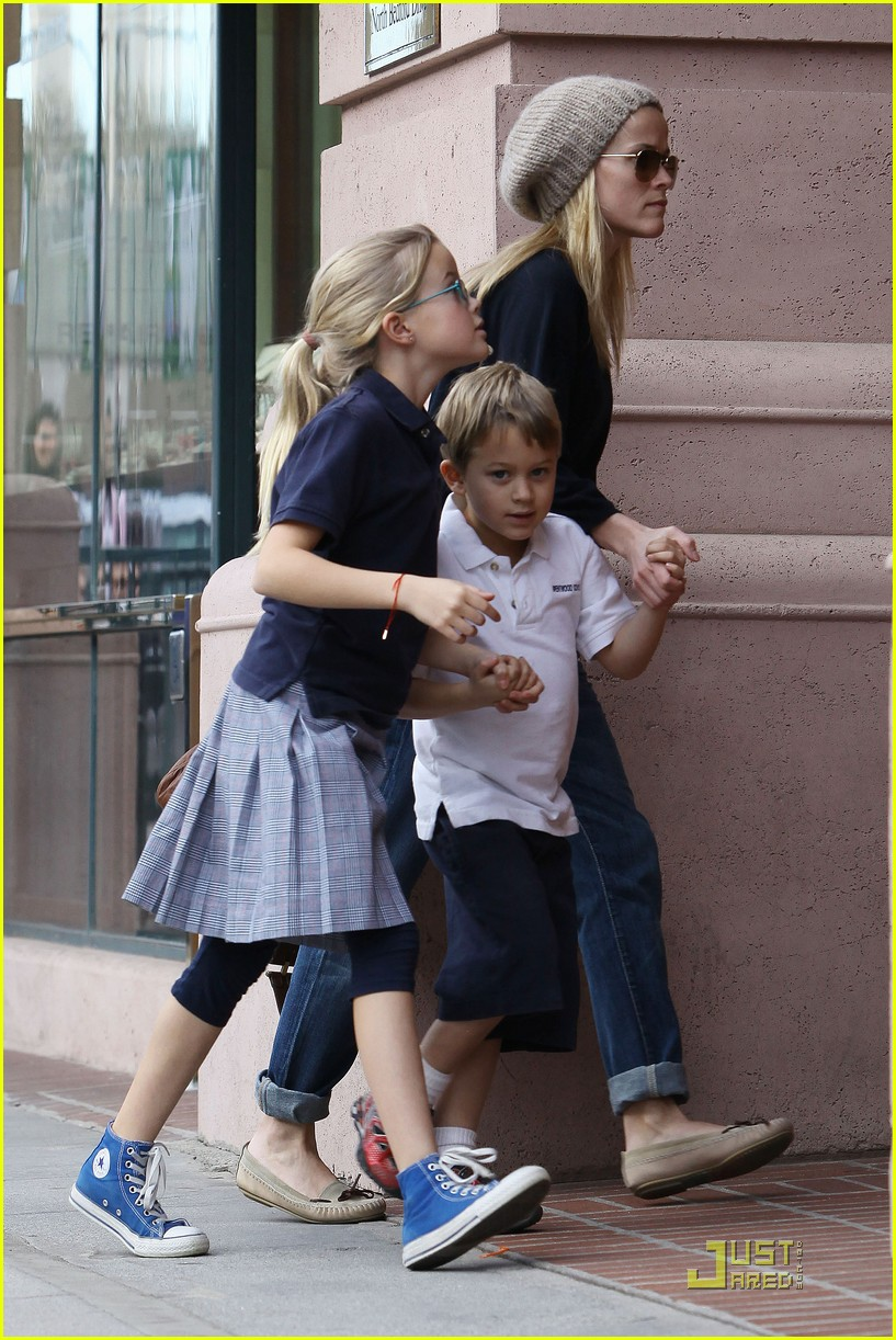reese witherspoon hand holding 03