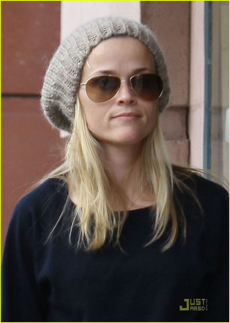 reese witherspoon hand holding 042406113