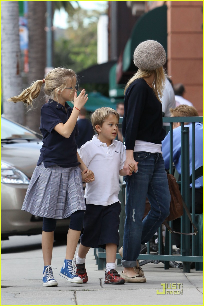 reese witherspoon hand holding 052406114