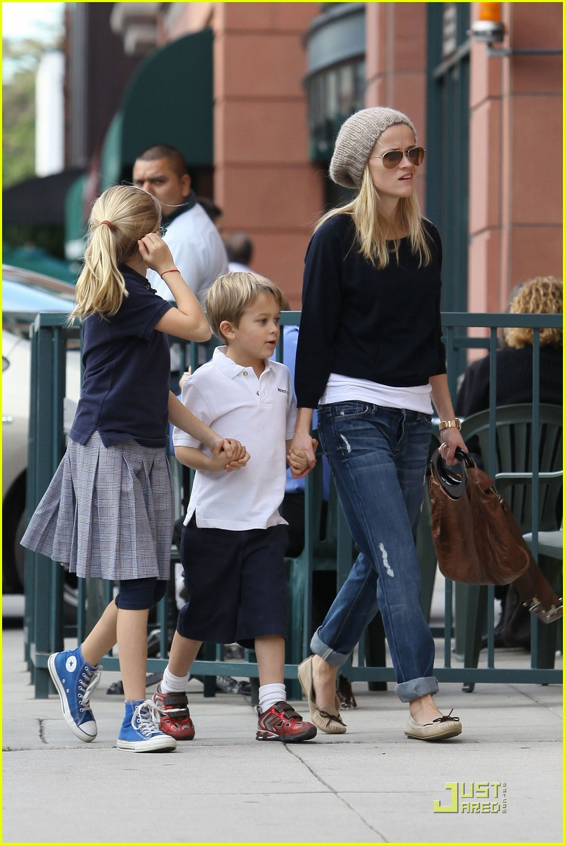 reese witherspoon hand holding 062406115