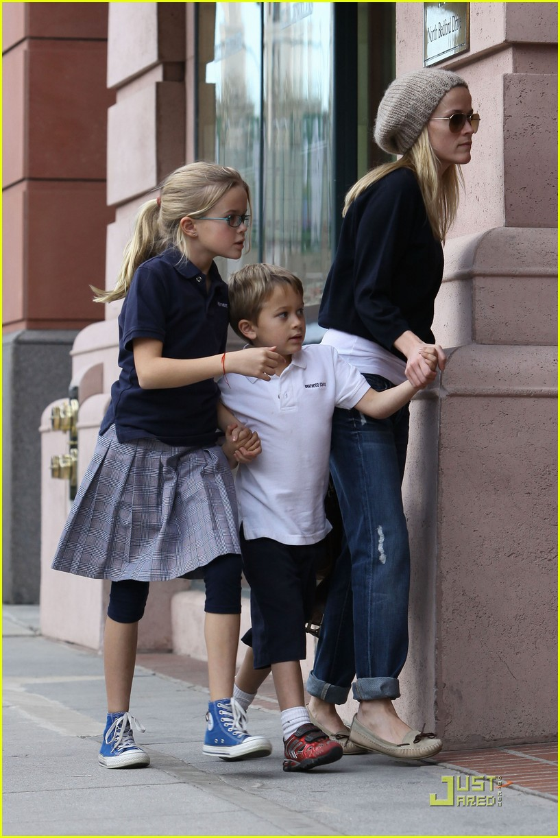 reese witherspoon hand holding 072406116