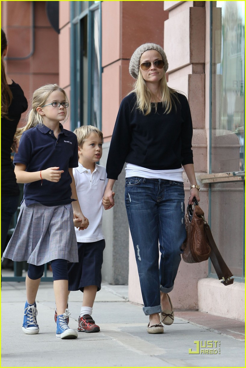 reese witherspoon hand holding 082406117