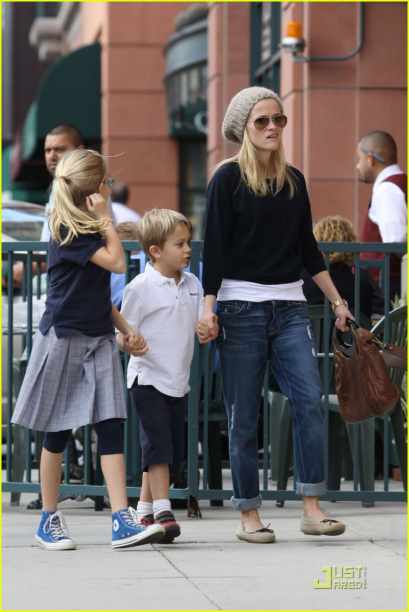 reese witherspoon hand holding 11