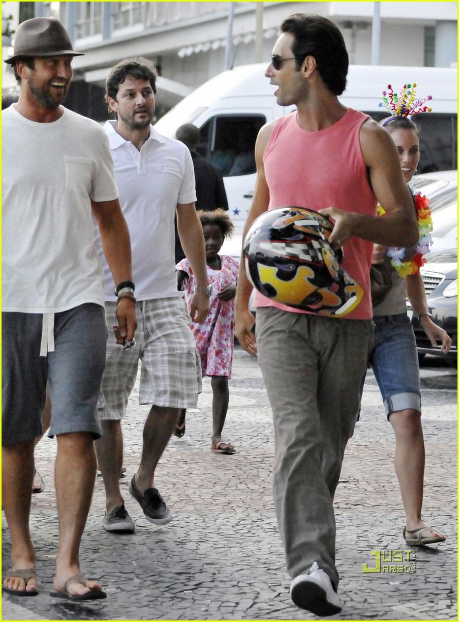 gerard butler rodrigo santoro copacabana rio de janeiro 06