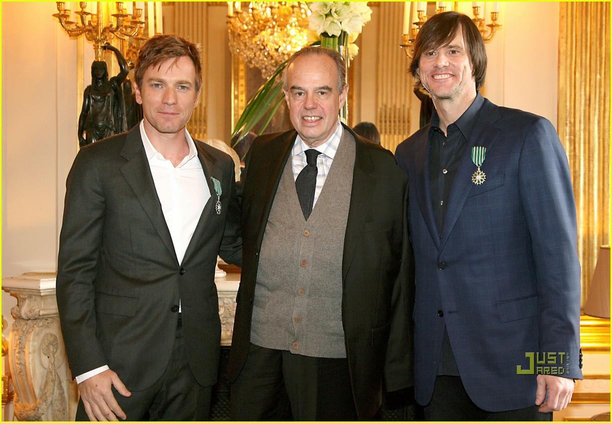 Jim Carrey & Ewan McGregor Share A Smooch Jim Carrey