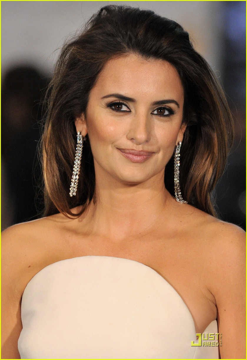 Penelope Cruz Goes To The Goya Awards Photo 2427683
