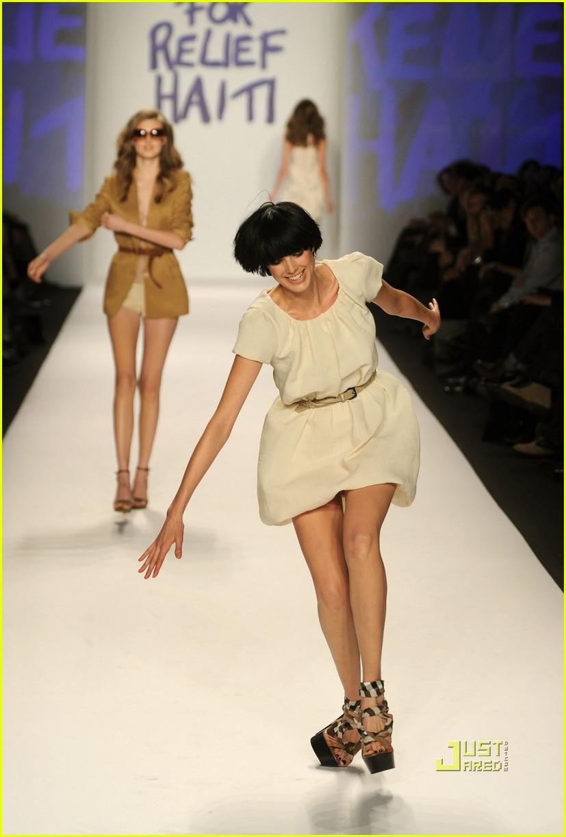 agyness deyn falling fashion week hope for haiti 012427414