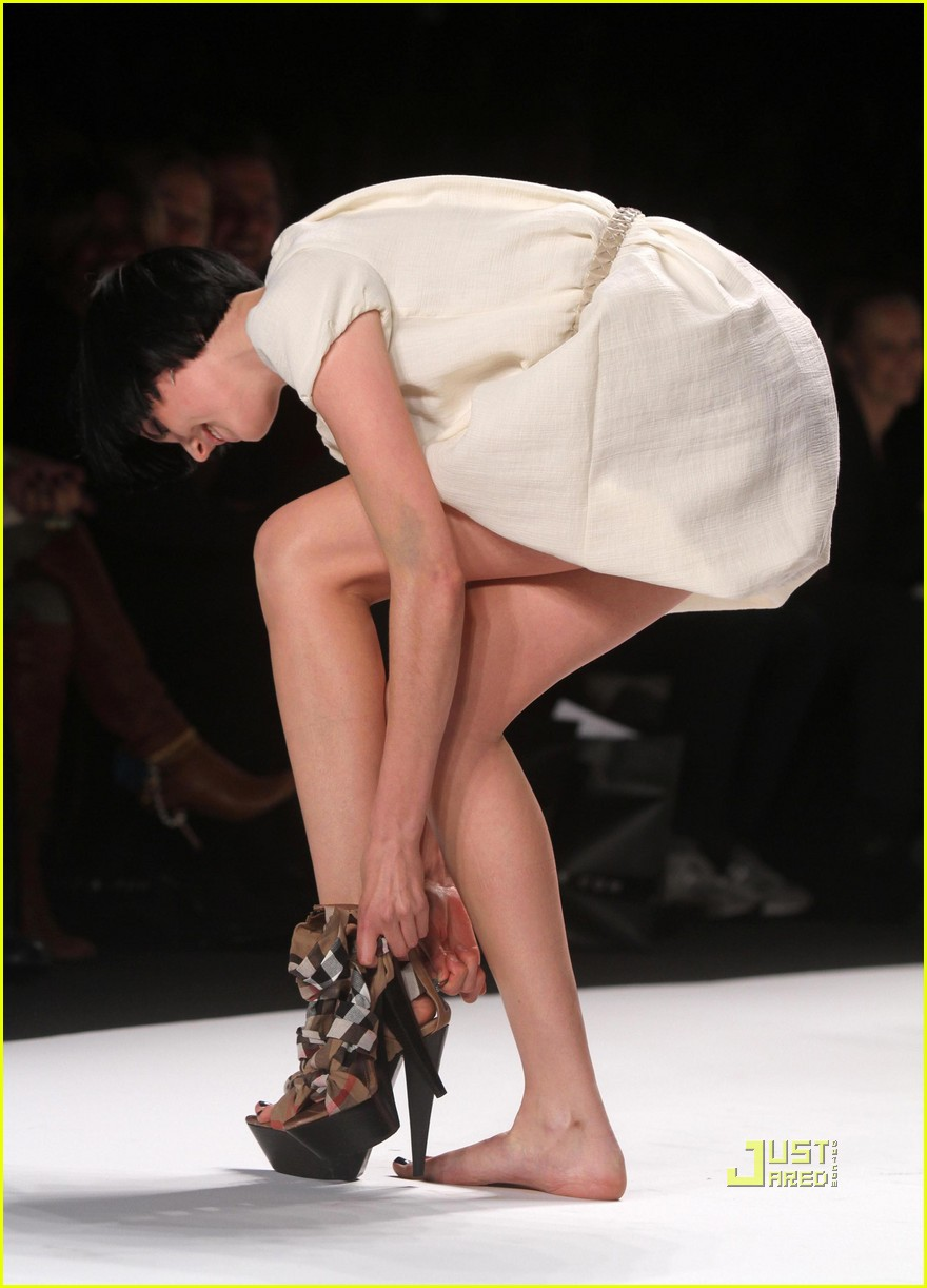 agyness deyn falling fashion week hope for haiti 032427416