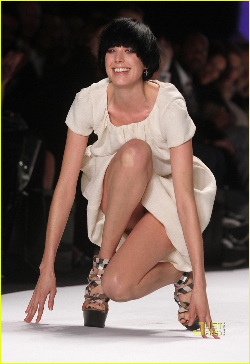 agyness deyn falling fashion week hope for haiti 092427422