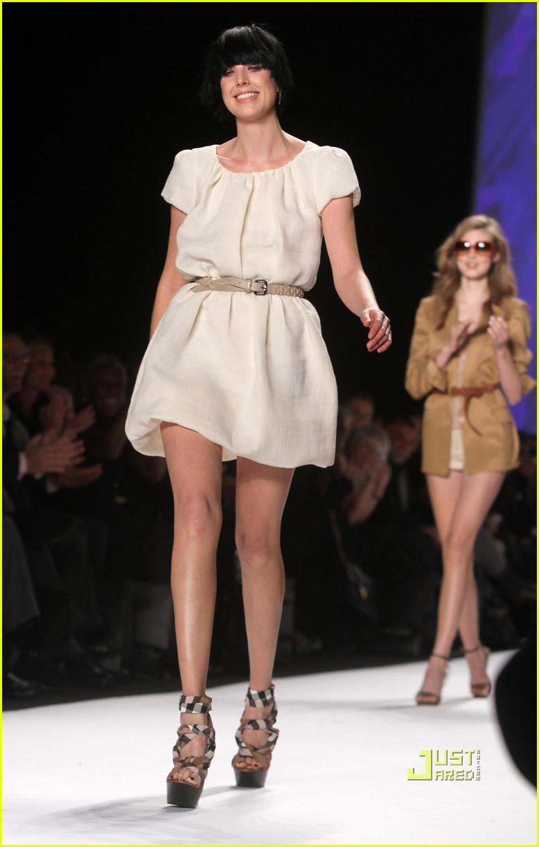 agyness deyn falling fashion week hope for haiti 122427425