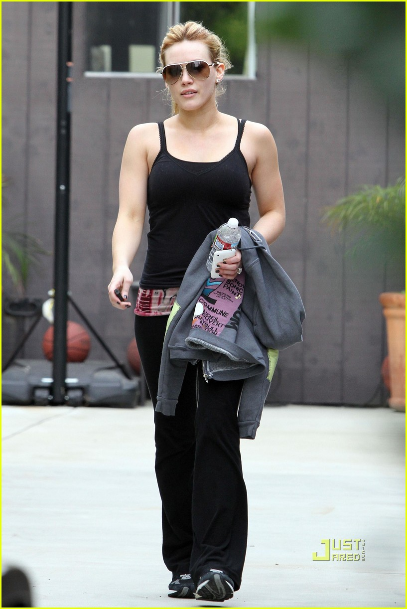 hilary duff black tank top gym 04