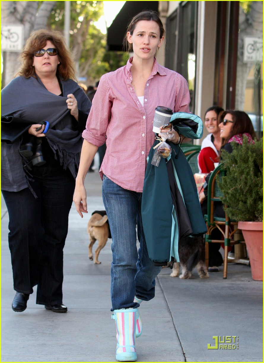jennifer garner is ready for the rain 042425920