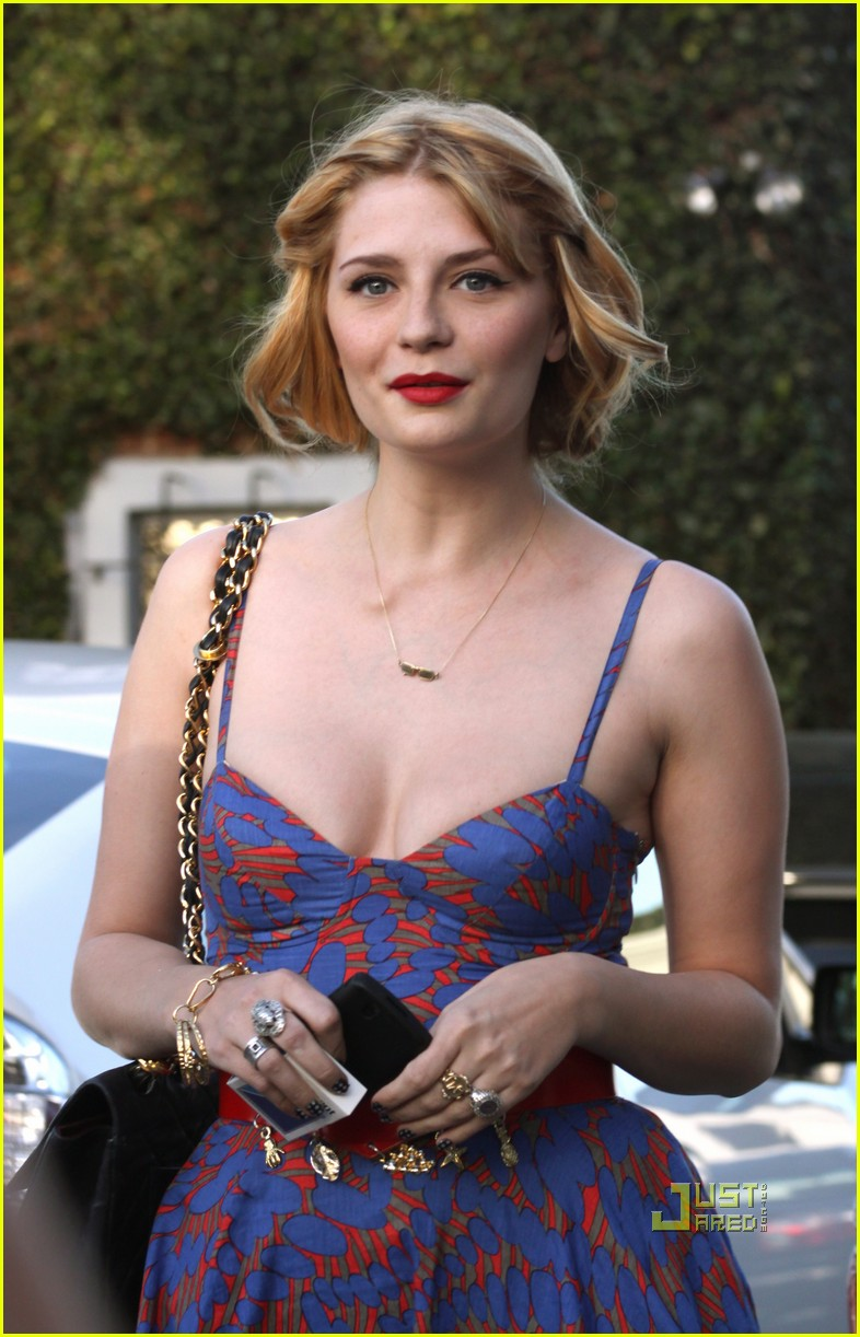 Mischa Barton Sports A New Blonde 'Do