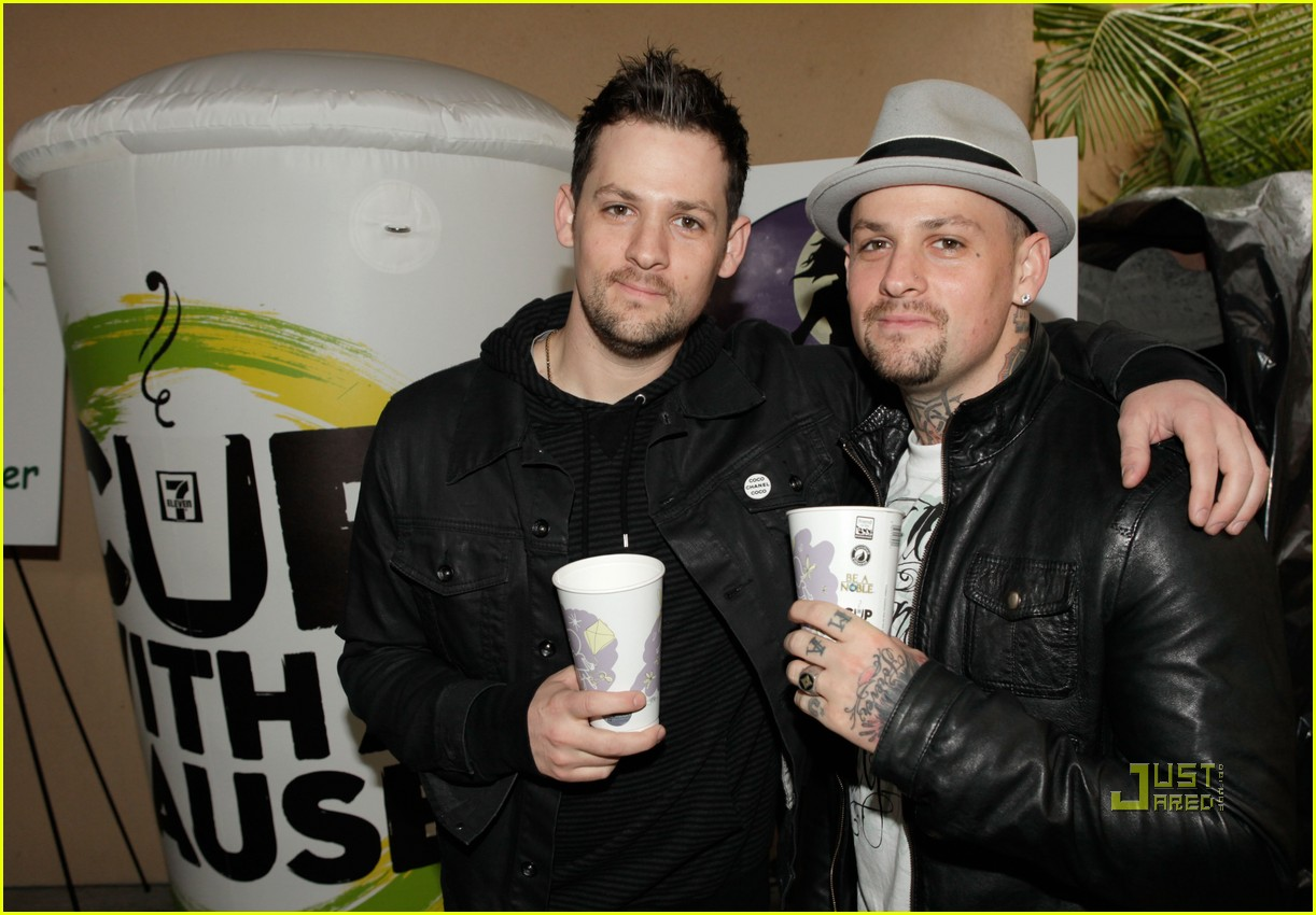 nicole richie 7 eleven joel madden coffee cup 04