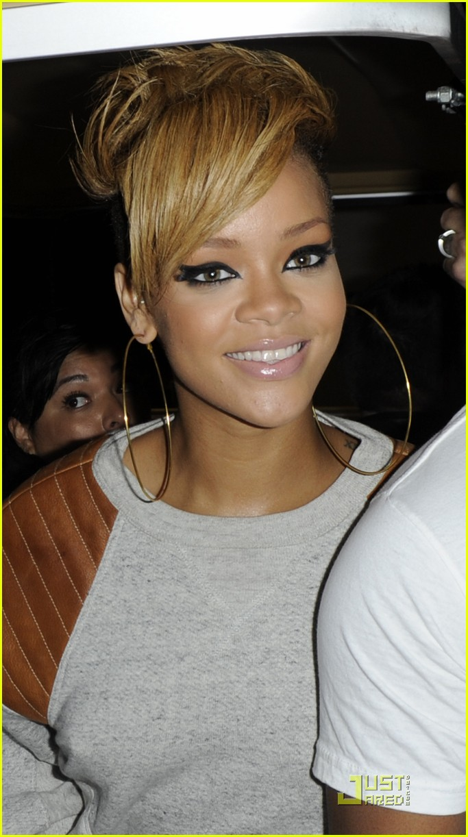 rihanna backstage beauty 06