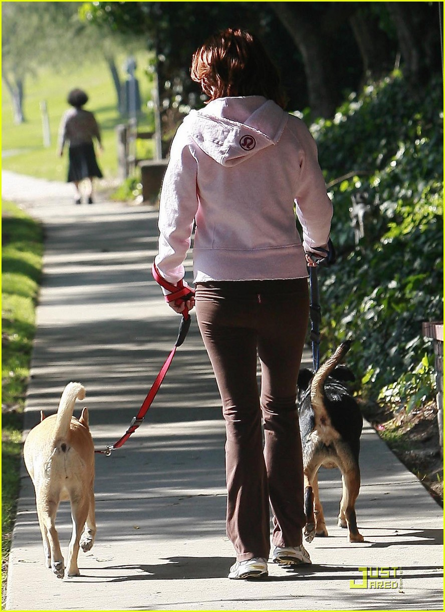 kate walsh dotes on her dogs 032413371