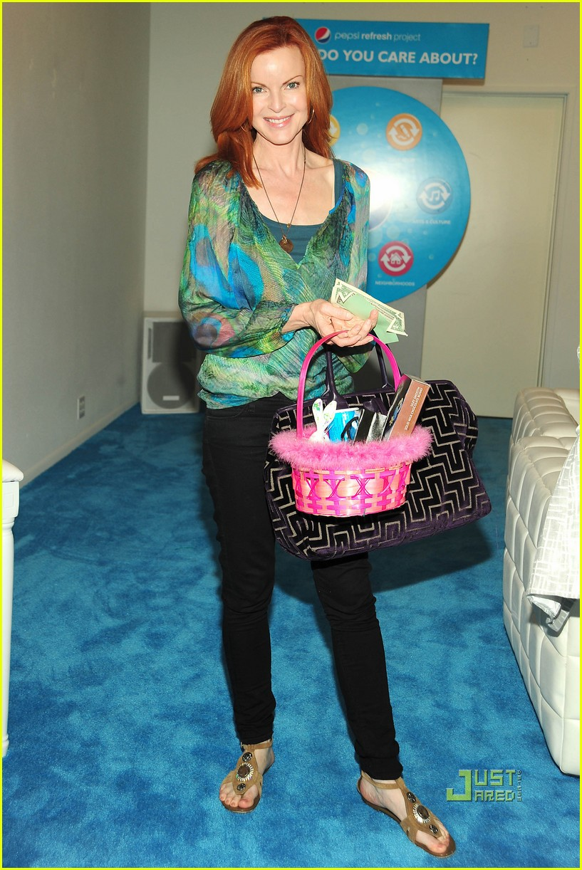 katharine mcphee david arquette teri hatcher marcia cross pepsi refresh project cafe 012438312