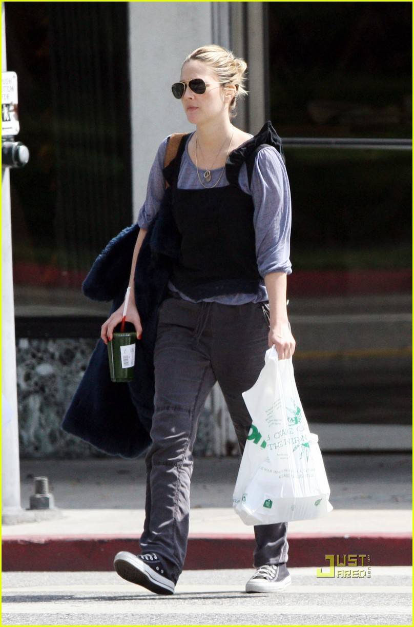 Full Sized Photo of drew barrymore assistant street 01 ... Drew Barrymore