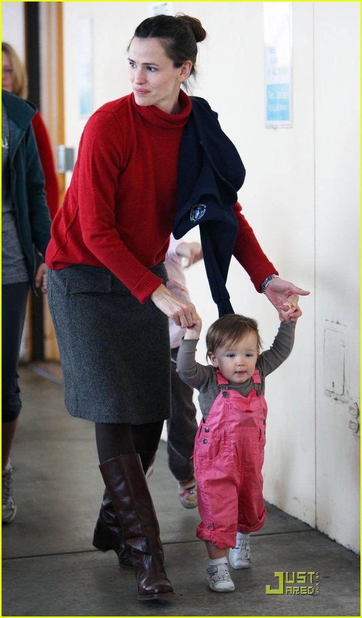 jennifer garner helps seraphina take baby steps 012434252