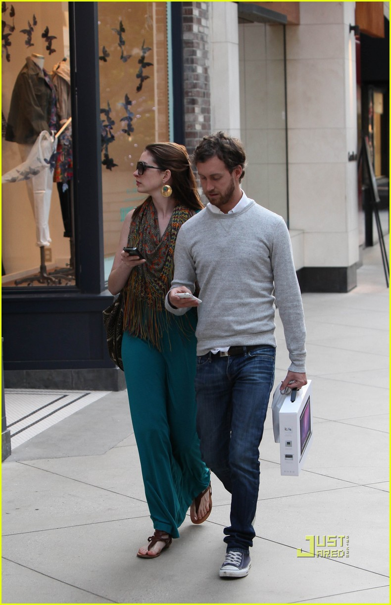 anne hathaway adam shulman apple store 04