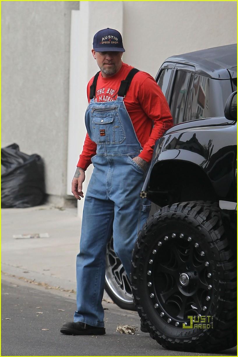 http://cdn01.cdn.justjared.com/wp-content/uploads/2010/03/james-overalls/jesse-james-overalls-garage-06.jpg Chris Brown Overalls