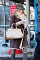 leighton meester loses a shoe 01