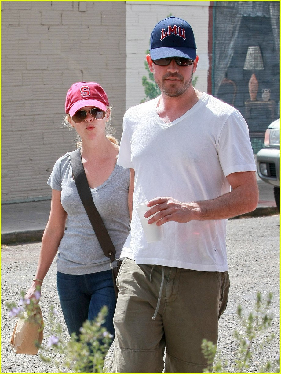 reese witherspoon jim toth holding hands 022436216