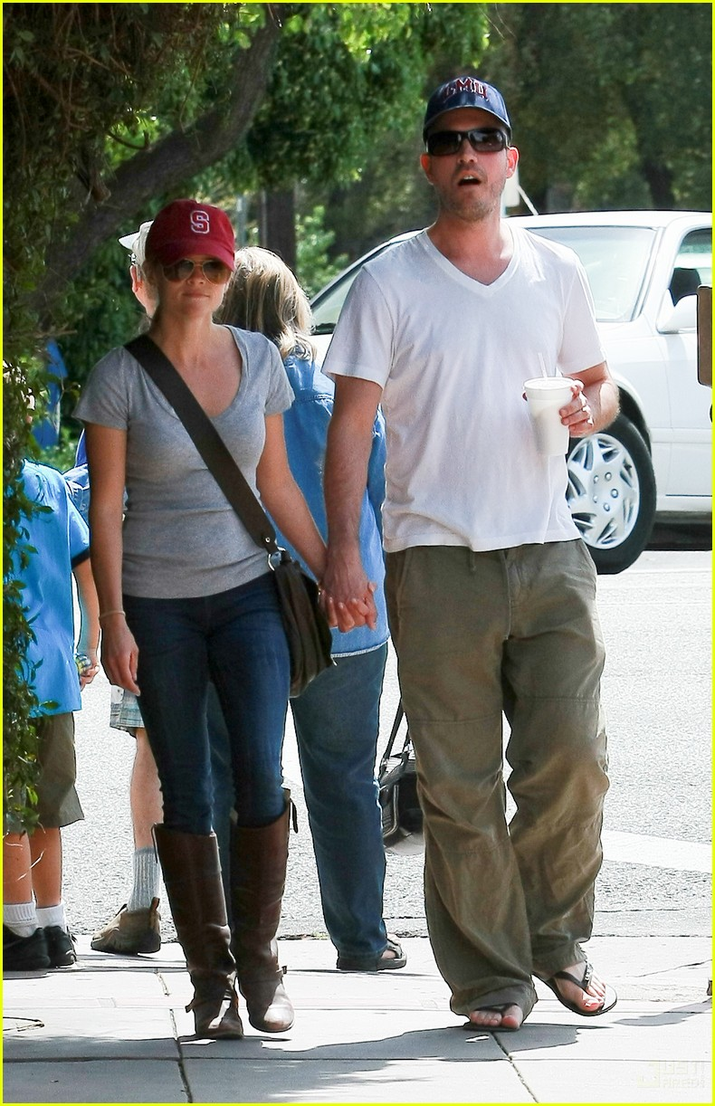 reese witherspoon jim toth holding hands 032436217