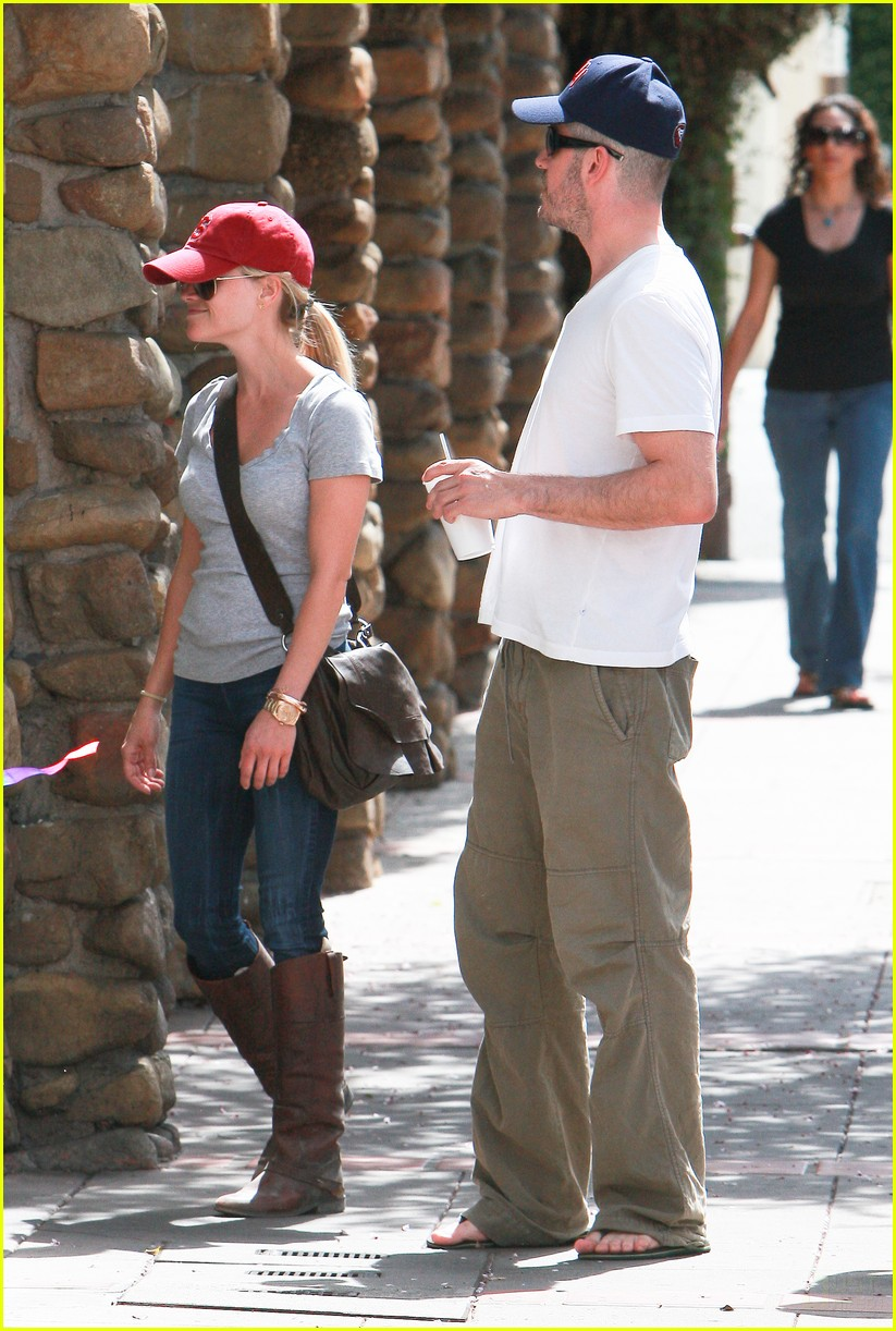 reese witherspoon jim toth holding hands 052436219