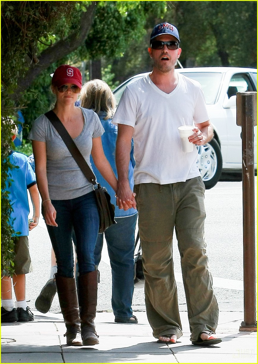 reese witherspoon jim toth holding hands 152436229