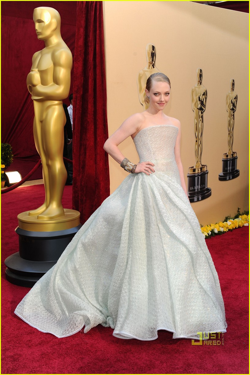 amanda seyfried 2010 oscars red carpet 01