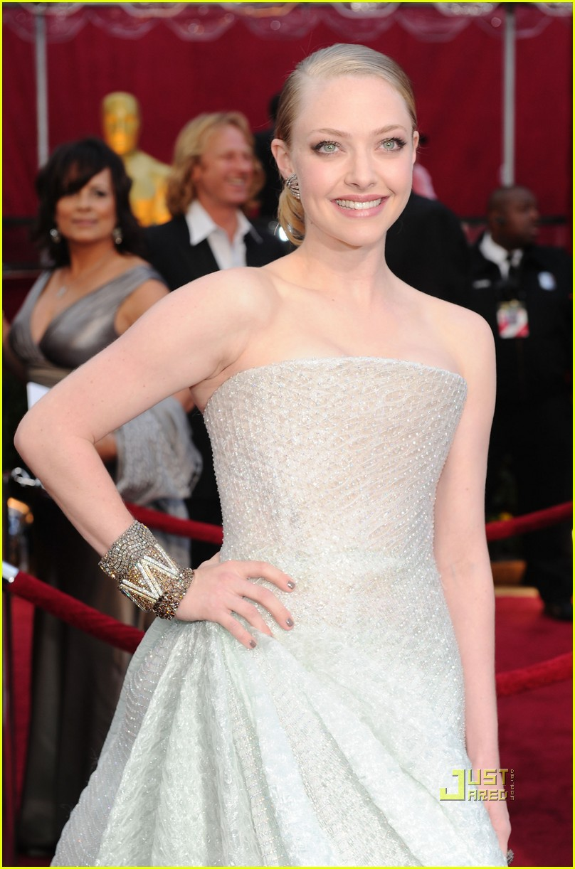 amanda seyfried 2010 oscars red carpet 03