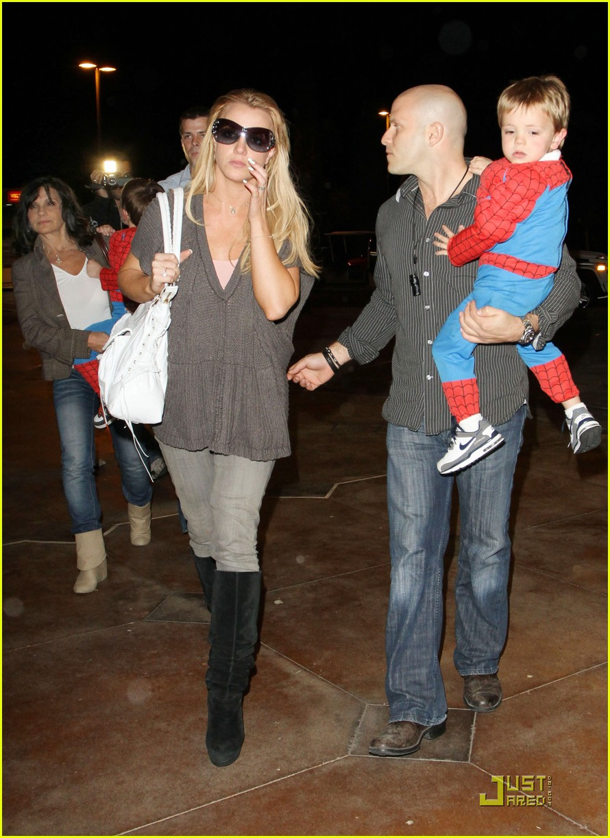 britney spears watches her spidersons 032431313