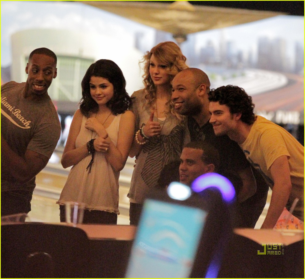 taylor swift cory monteith hug bowling alley 062437013