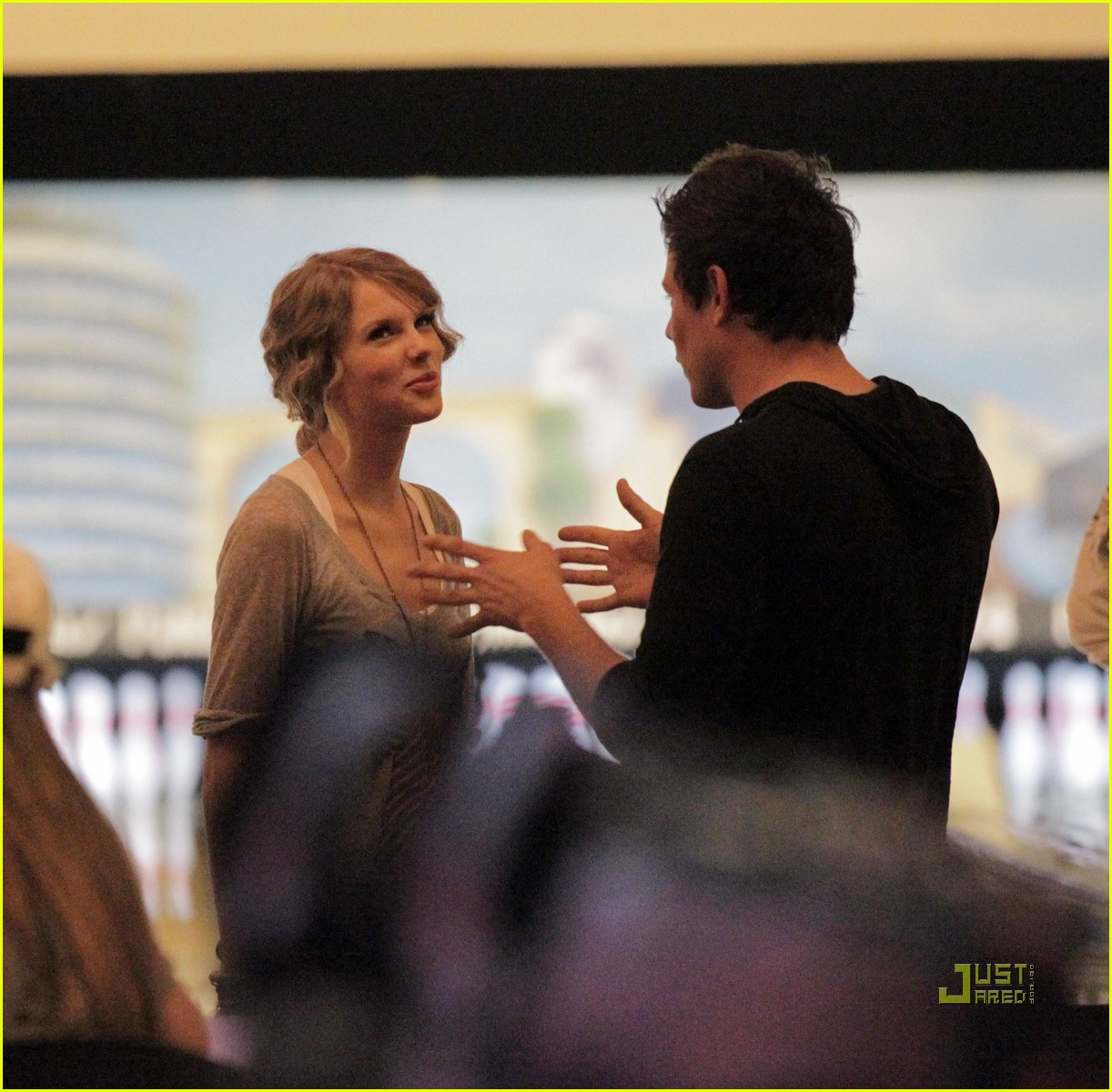 taylor swift cory monteith hug bowling alley 09