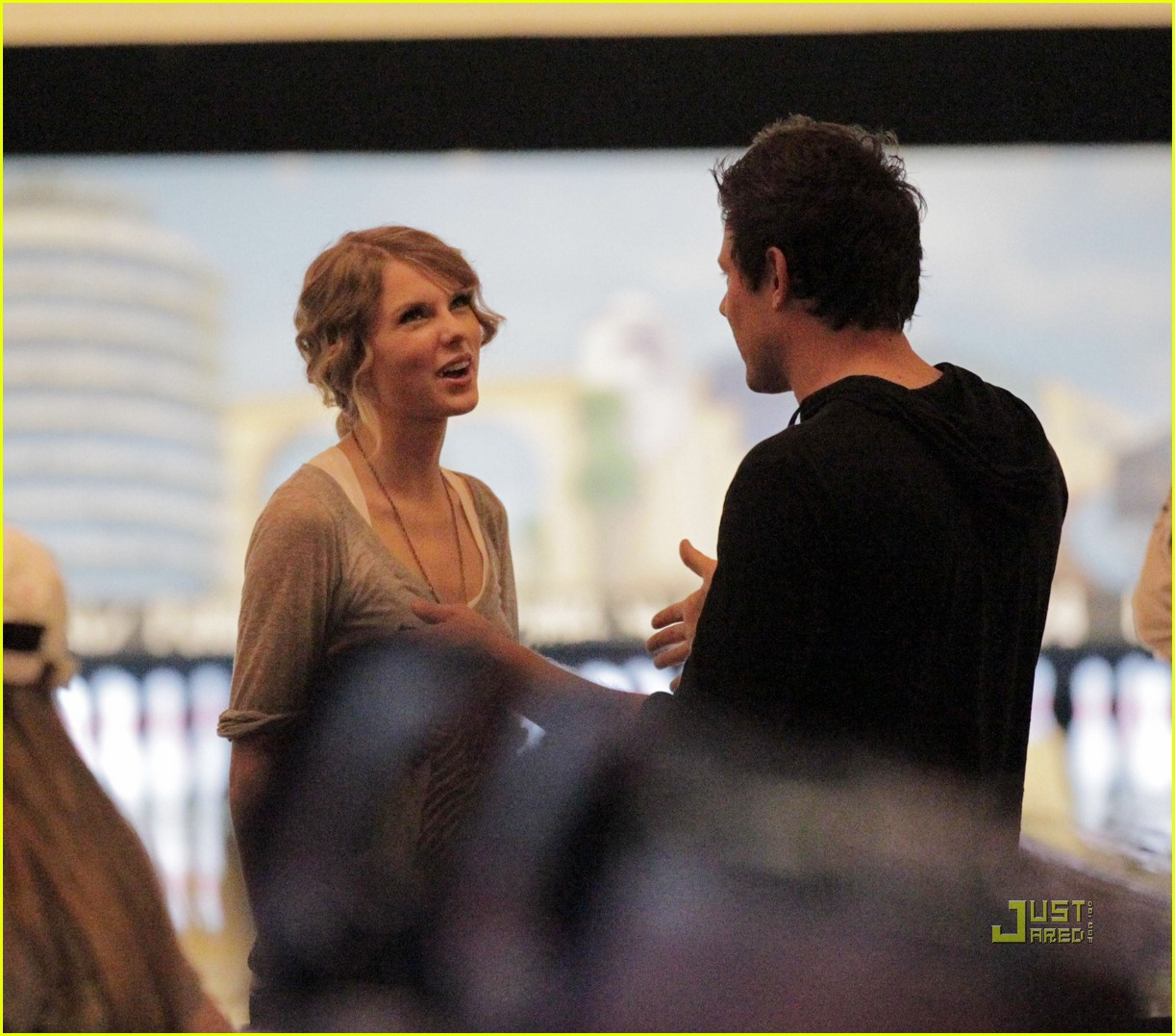 taylor swift cory monteith hug bowling alley 102437017