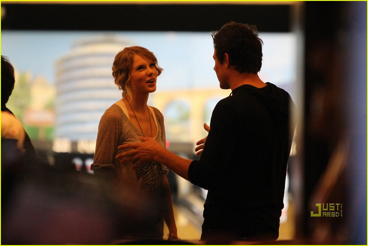 taylor swift cory monteith hug bowling alley 162437023
