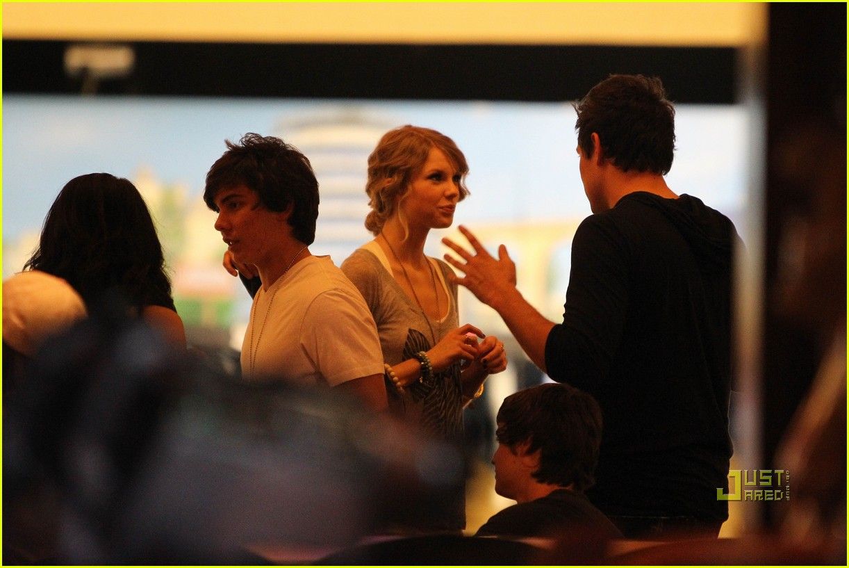 taylor swift cory monteith hug bowling alley 192437026