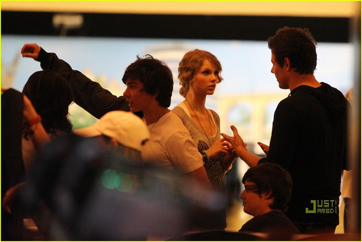 taylor swift cory monteith hug bowling alley 232437030