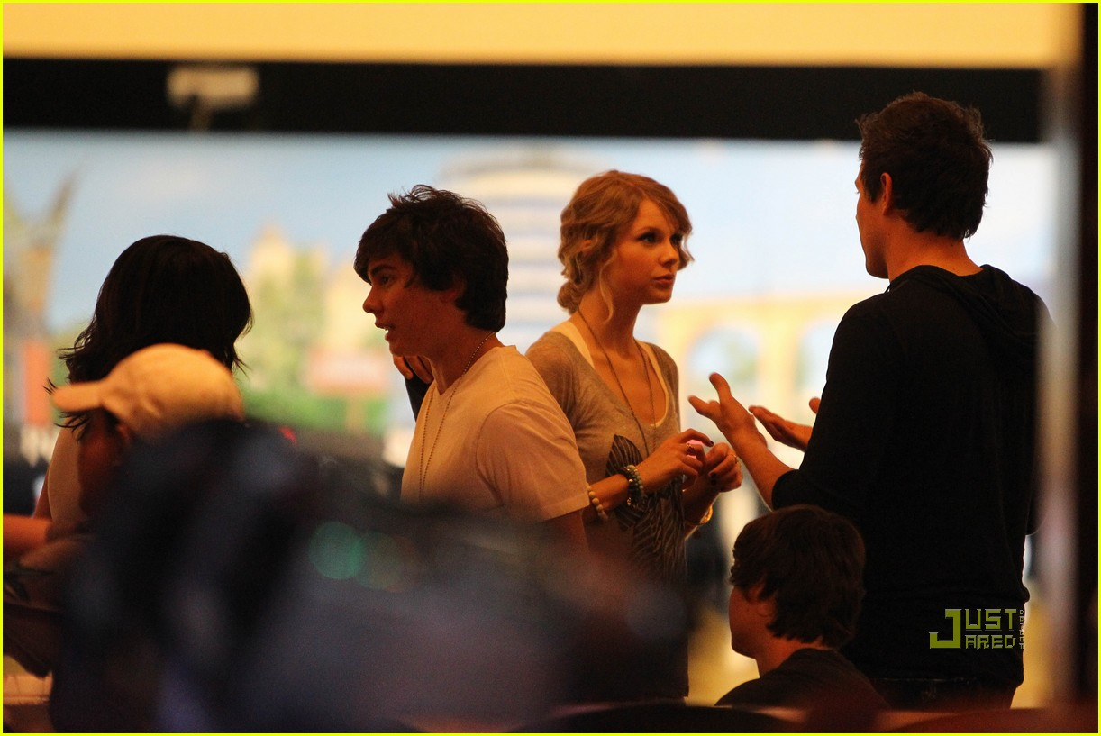 taylor swift cory monteith hug bowling alley 242437031