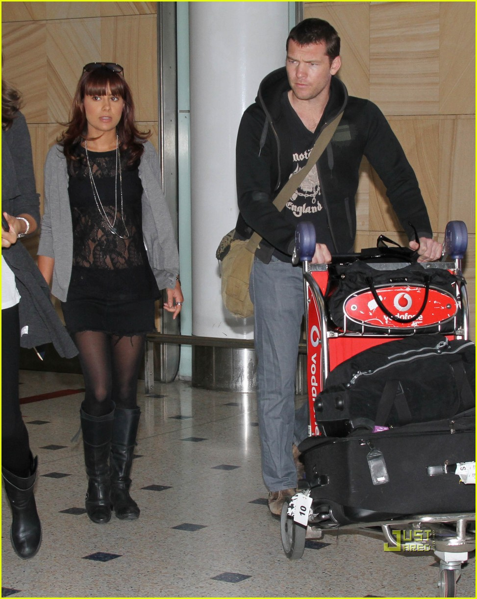 sam worthington natalie mark sydney airport 02