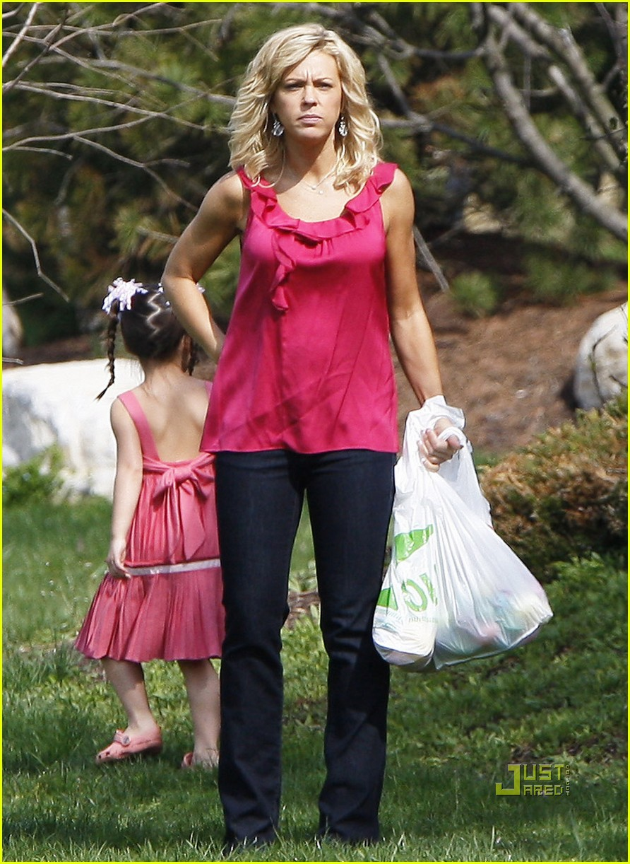 kate gosselin easter egg hunt 01