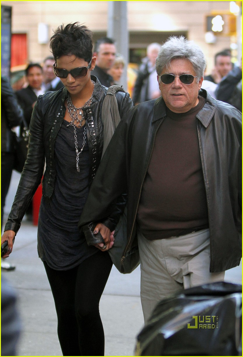 halle berry manager holding hands 012446635