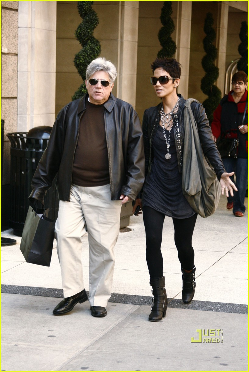halle berry manager holding hands 022446636
