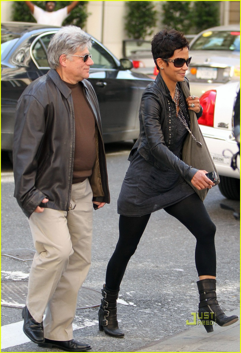 halle berry manager holding hands 042446638
